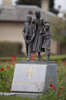 Denkmal in der Nähe des Schreins